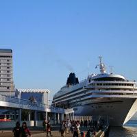 神戸港に停泊する客船