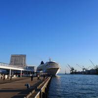神戸港に碇泊する客船