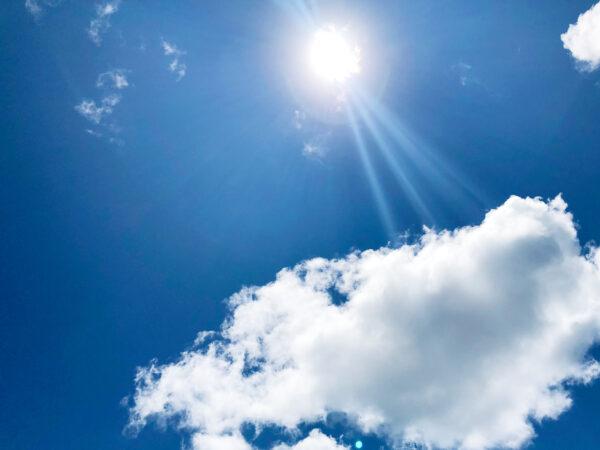 眩しい太陽と空