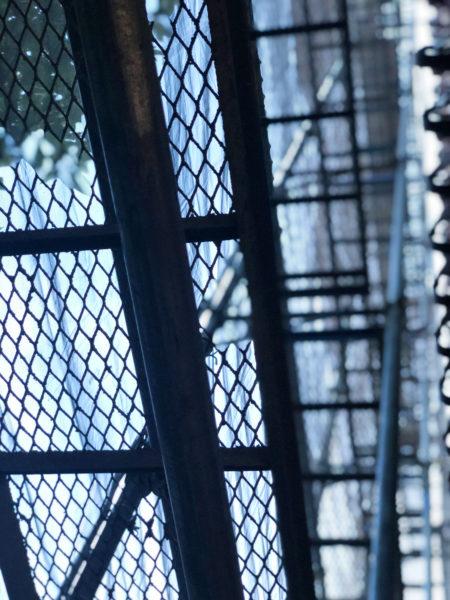 工事現場の足場の金網 2