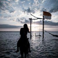 バリのギリ島 で馬に乗る女性 3