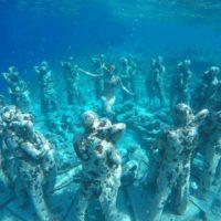 バリのギリ島の水中オブジェ 1恋人たちの石像