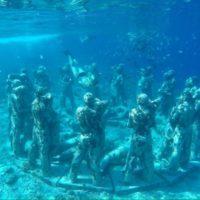バリのギリ島の水中オブジェ 2恋人たちの石像