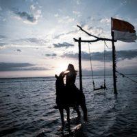 バリのギリ島 で馬に乗る女性 2
