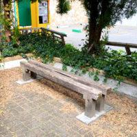駐車場横のベンチ 1