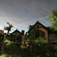 飛行機雲と異人館と夕暮れ 2