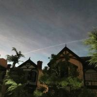 飛行機雲と異人館と夕暮れ 1