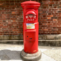 赤い円柱型のレトロなポスト
