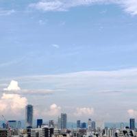 ビルの街並みと入道雲 1
