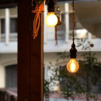 光っている電球 3