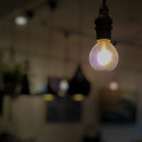 光っている電球 4