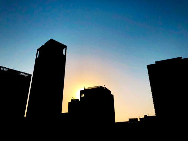 昇る太陽とビルのシルエット